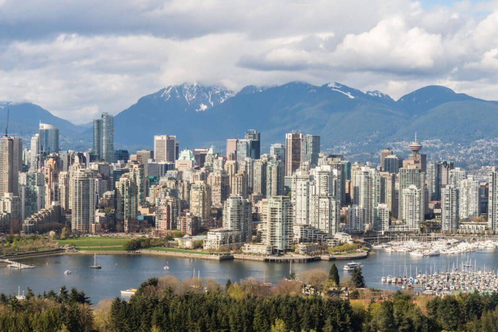 Vista del centro di Vancouver con dei monti dietro