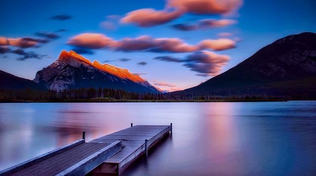 Lago all'interno del Parco Nazionale Banff, al tramonto del sole