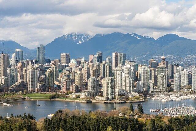 Vista di Vancouver BC con le montagne sullo sfondo