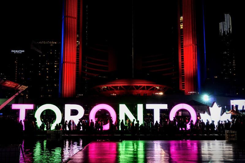 Il Harbourfront a Toronto all'imbrunire, pieno di gente
